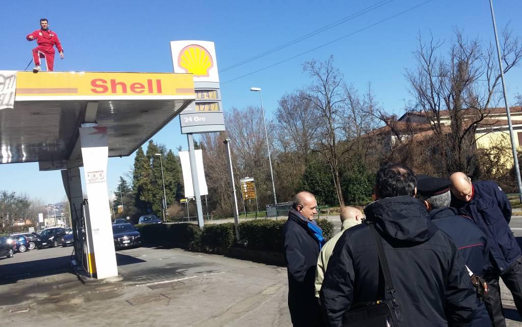 Azzano, il benzinaio sfrattato minaccia il suicidio