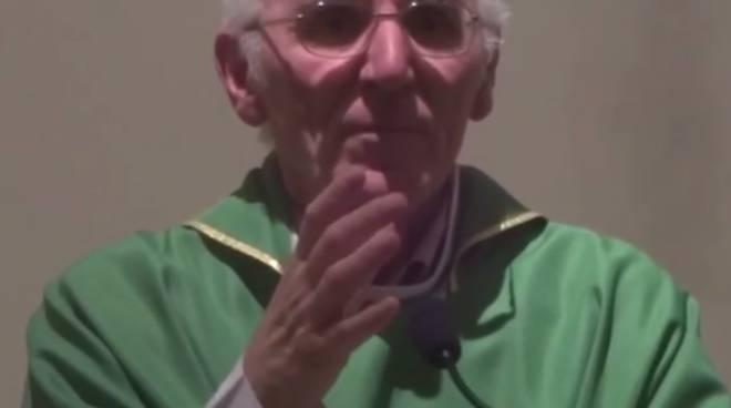 Don Davide Rota durante una sua omelia