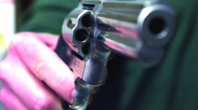 In un controllo fiscale le Fiamme Gialle sequestrano due pistole, caricatori e munizioni