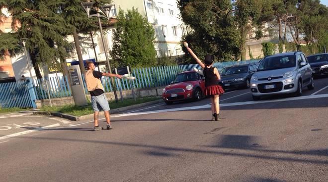 I giocolieri all'incrocio tra via Autostrada e via Carnovali