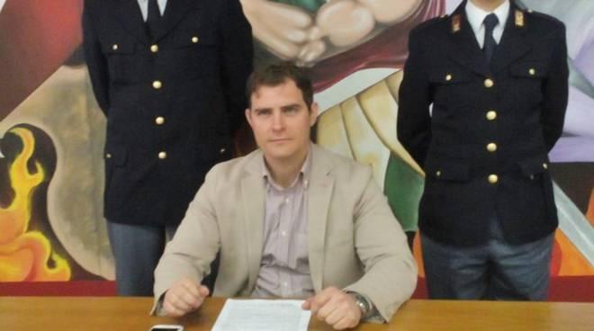 Il capo della squadra mobile Giorgio Grasso con la droga sequestrata