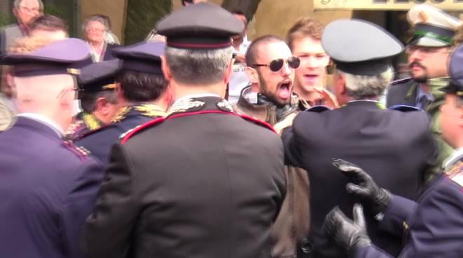 La contestazione a pezzoni (foto di Treviglio.tv)