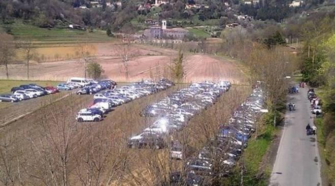 Parcheggio abusivo ad Astino