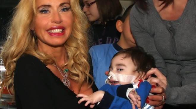 Valeria Marini in ospedale con i bambini
