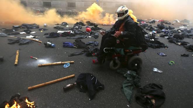 Black bloc devastano Milano Auto in fiamme Guerriglia con la polizia ...