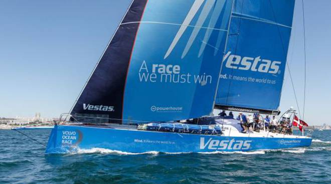 La barca del Team Vestas di nuovo in acqua dopo 6 mesi (foto twitter @TeamVestasWind)