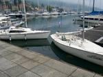 Vetri e bottiglie rotte sulle barche ormeggiate al porto di Lovere
