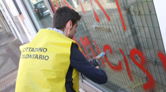 Volontari ripuliscono Milano