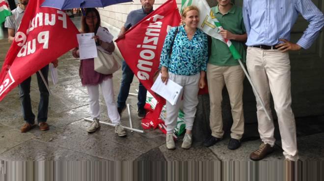 Alcuni manifestanti davanti a Palazzo Frizzoni