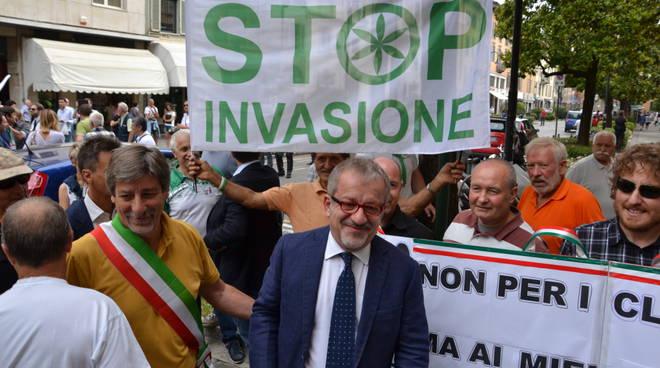 """""""Basta clandestini"""": protesta Lega alla Prefettura"""