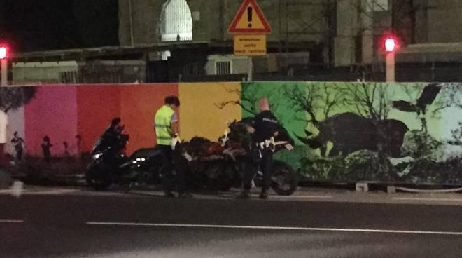 Gli agenti di polizia locale multano le moto a Sant'Agostino