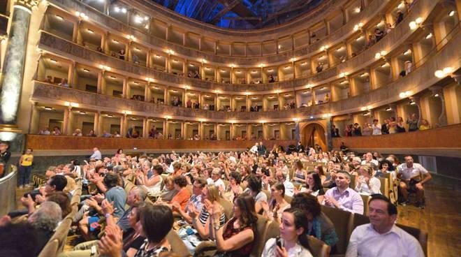 Su il sipario al Teatro Sociale, la nuova stagione tra anteprime, danza e giocoleria
