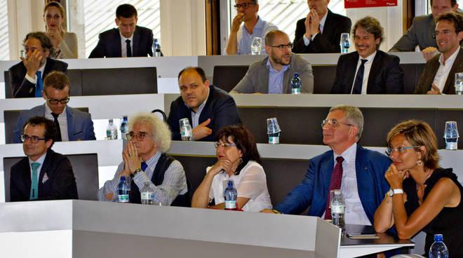 In prima fila, da sinistra: Marco Bellini, Presidente SFA, Roberto Vaccani insegna in SDA Bocconi,, Bambina Colombo, presidente Federmanager Bergamo, e Roberto Terranova, Presidente del Comitato scientifico MBW.