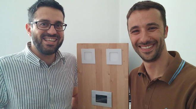Marco Zanchi e Alessandro Benedetti con il dispositivo domotico della loro start up Almadom.us