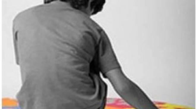 Niente servizi, Matteo, ragazzino autistico, passa l'estate in casa