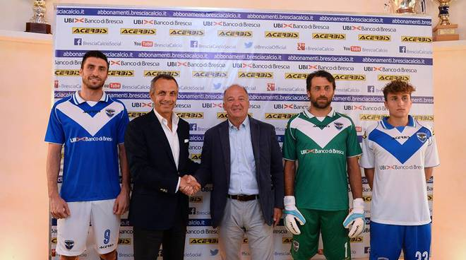 L'ad del Brescia Sagramola stringe la mano a Franco Acerbis: a indossare le nuove divise anche il bergamasco Morosini (foto facebook Brescia Calcio)