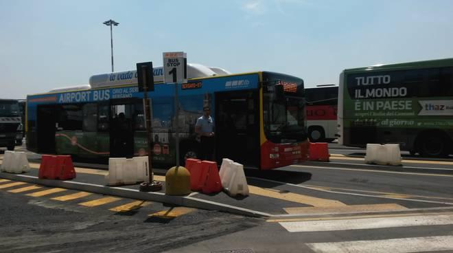 La fermata del bus Atb all'aeroporto di Orio al Serio