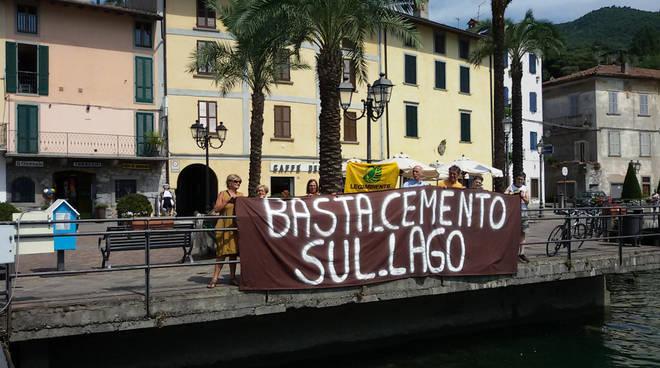 La protesta di Legambiente a Riva di Solto