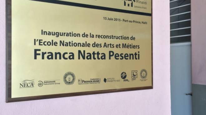 La targa di intitolazione della scuola Enam ad Haiti a Franca Natta Pesenti