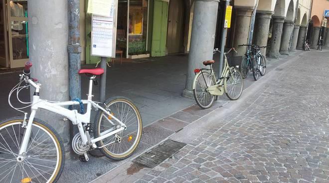 Mancano rastrelliere per le bici (foto Dario Guerini)