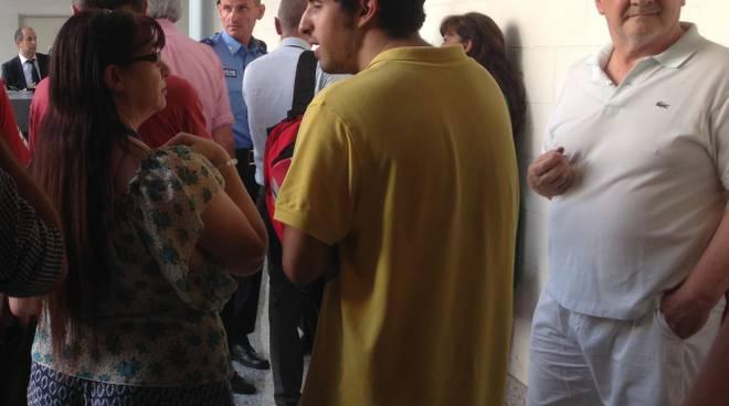 Pubblico in attesa di entrare in aula
