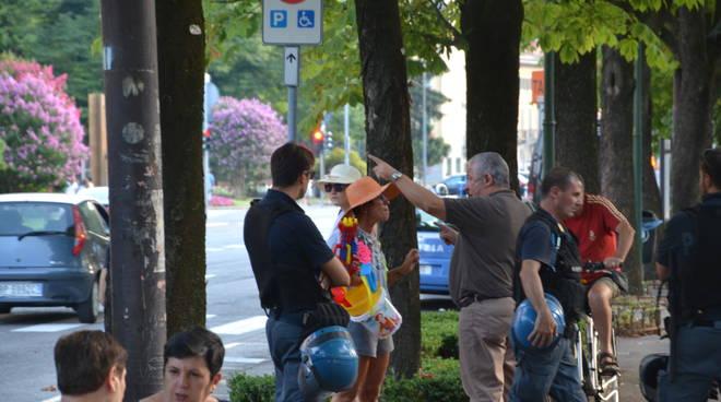 Una manifestante allontanata dalle Sentinelle in piedi
