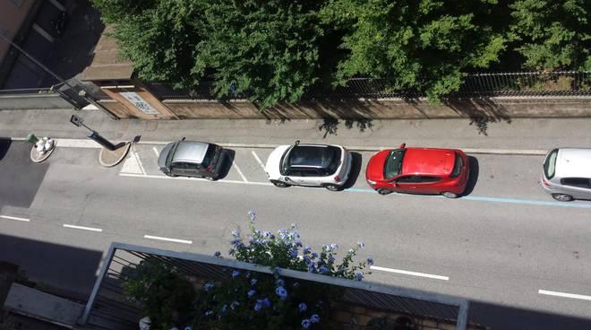 Via Nullo, le auto negli spazi delle moto