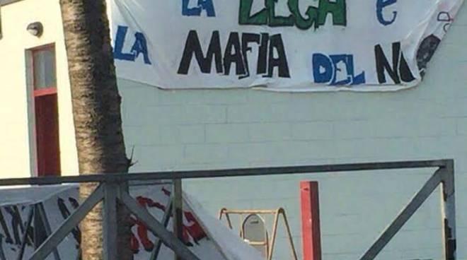 Il manifesto anti Lega alla festa di Rifondazionen