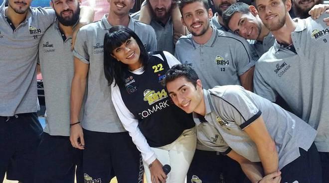 Ana Laura Ribas con i cestisti della BB14