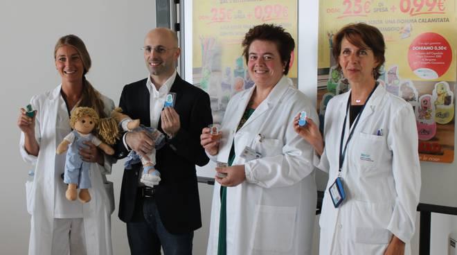Da sinistra Rachele Ramponi, Nicola Rotasperti, con in braccio Nadia e Giacomino, Laura Chiappa e Maria Simonetta Spda, tutti con in mano le gomme calamitate che si possono acquistare nei punti vendita Conad Centro Nord.