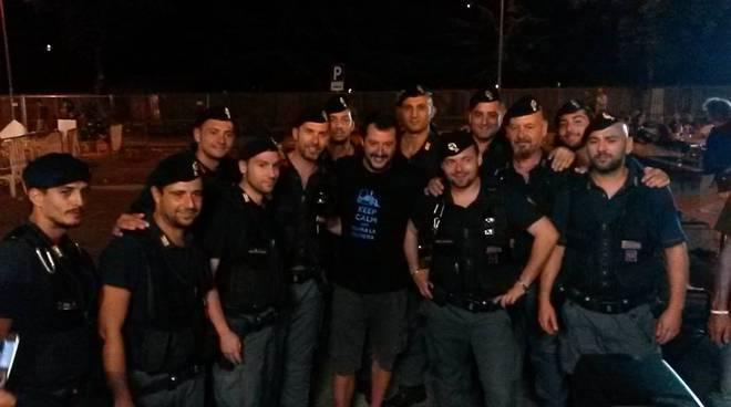 Risultati immagini per poliziotti selfie con salvini