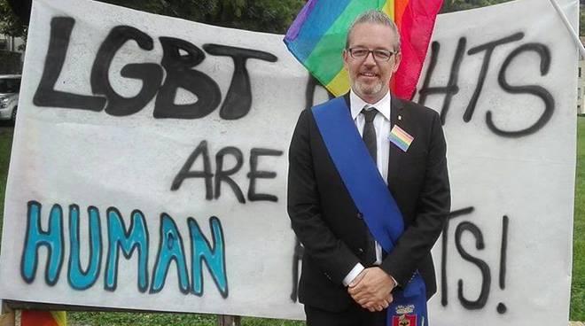 Il sindaco Pasquale Gandolfi ha partecipato all'incontro col presidente ugandese con la spilla arcobaleno