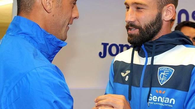 La stretta di mano tra Denis e Tonelli