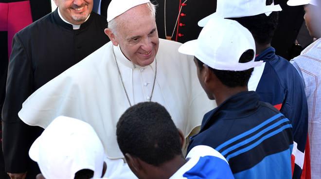 Papa Francesco con alcuni migranti