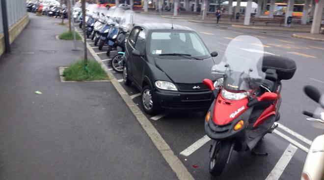 Auto negli stalli delle moto alla stazione di Bergamo