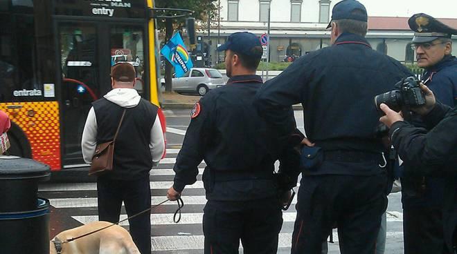 Controlli dei carabinieri con il cane