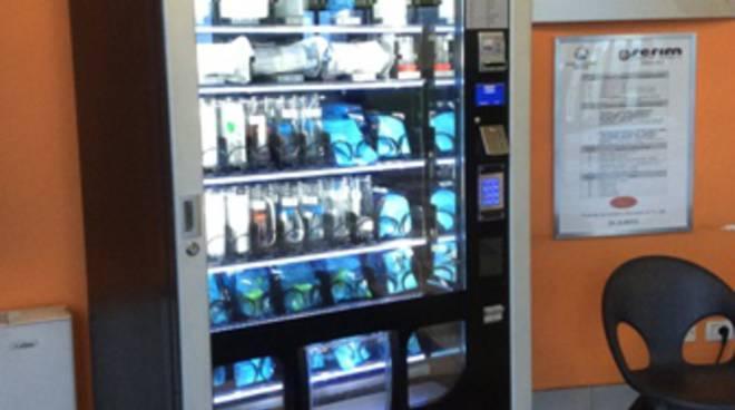 Distributore di contenitori per analisi