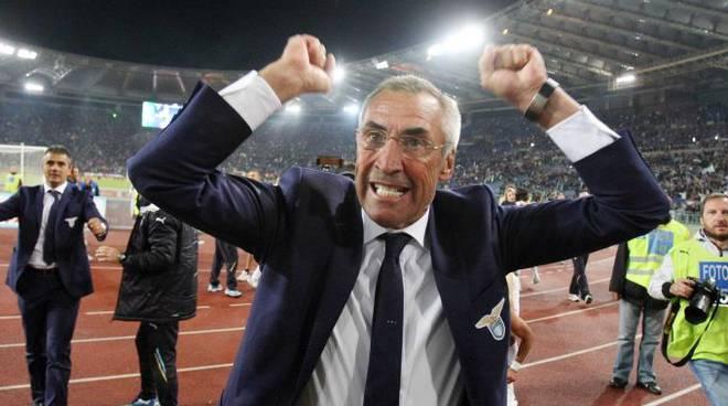 Edy Reja festeggia la vittoria nel derby sotto la curva dei tifosi della Lazio