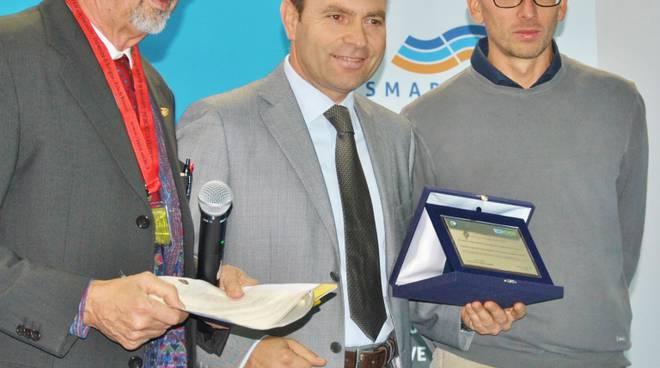 Ezio Esposito (al centro) sul palco di Ecomondo