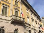 Fiori e candele per Parigi fuori da Palazzo Frizzoni