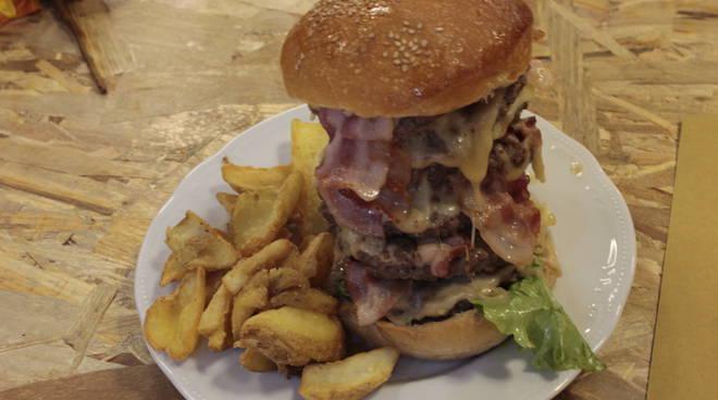 La sfida del mega panino con 8 piani di hamburger sei for Piani di costruzione di stand del ristorante