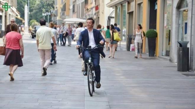 Il sindaco Gori in bicicletta