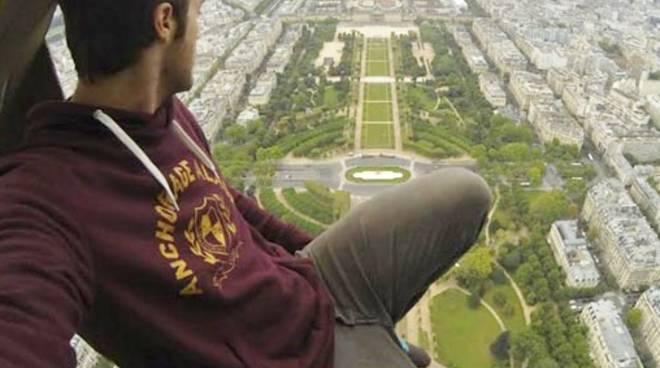 James Kingston sulla Tour Eiffel