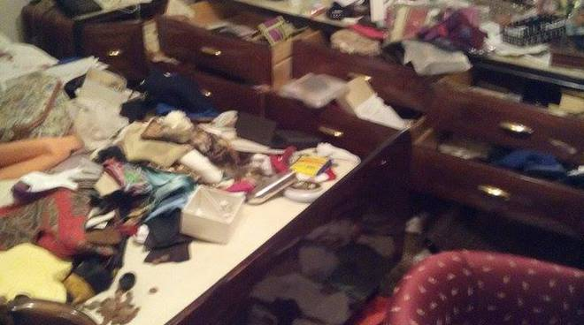L'appartamento della pensionata dopo la visita dei ladri