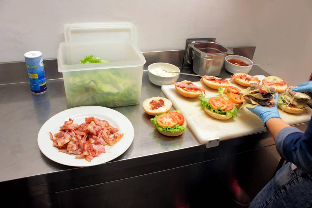 La sfida del mega panino con 8 piani di hamburger