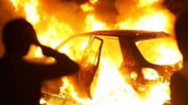 Medico di Treviglio libera tre ragazze da un'auto che sta per prendere fuoco