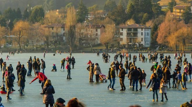 Lago ghiacciato a Monasterolo del Castello