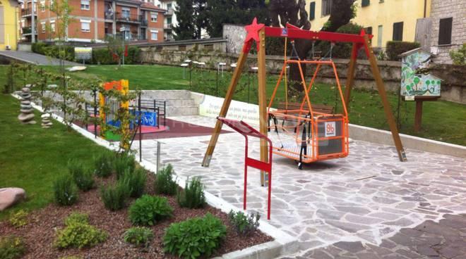 4327ff8b31 Costa Volpino, al parco giochi arriva la giostra per bimbi disabili ...