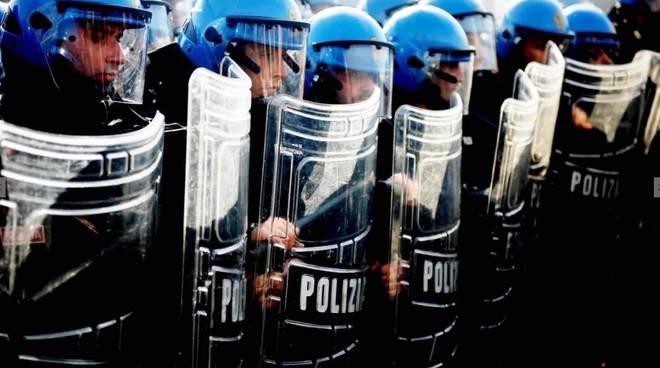 Polizia schierata
