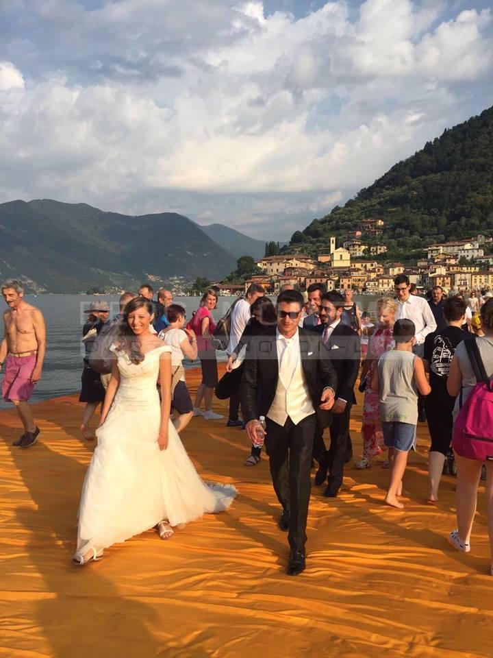 Sposi sulla passerella di Christo